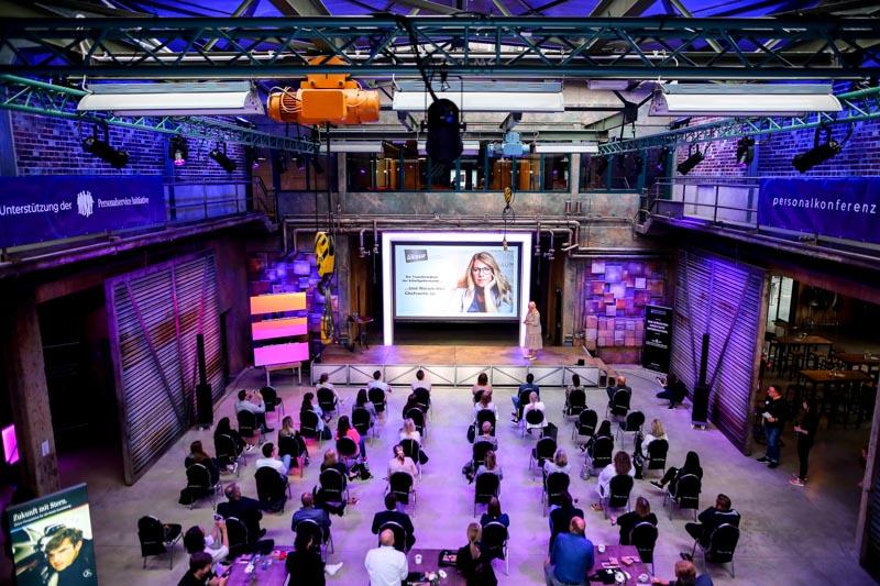 Speakerin des Mittelstands - Vanessa Weber beeindruckt und regt zum Nachdenken an auf der VIAVENTION - Personalkonferenz für Autohäuser - Mit freundlicher Unterstützung der Mercedes-Benz Personalservice Initiative